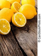 de madera, lemons., board.