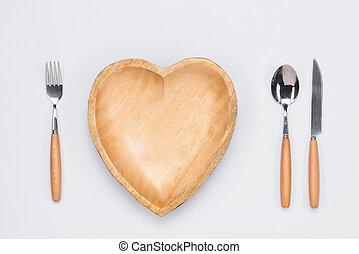 de madera, placa, en forma, de, corazón, cuchillo de mesa, y, tenedor, blanco, fondo.