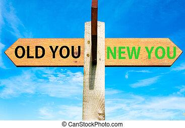 de madera, poste indicador, con, dos, contrario, flechas, encima, claro, cielo azul, viejo, usted, y, nuevo, usted, vida, cambio, imagen conceptual