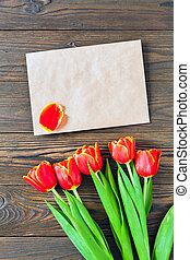 de madera, tulipanes, sobre, plano de fondo, kraft, rojo