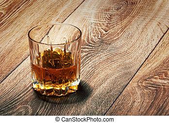 de madera, whisky, anteojos