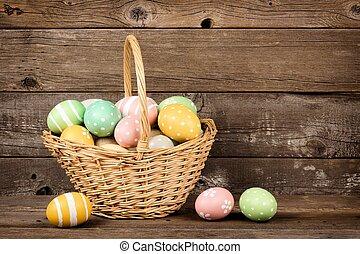 de mand van pasen, gevulde, met, hand, geverfde, eitjes, op, een, rustiek, houten, achtergrond