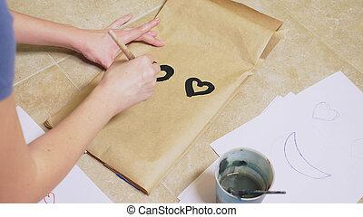 de, meisje, verlekkeert, met, een, borstel, op, document zakken, gevarieerd, emotions., de, concept, van, emoties, in, smileys