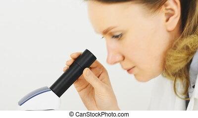 de, microscopisch, world., arts, kijken naar, de, sperma, onder, de, microscope.