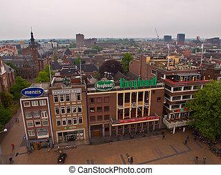 De naoorlogse oostzijde van de Grote markt in Groningen die binnenkort plaats zal maken voor het Groninger Forum