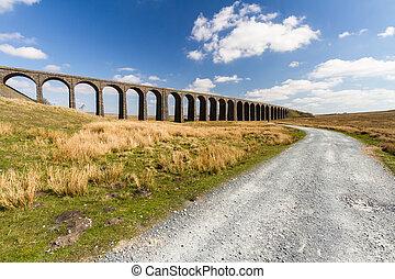de par en par, trayectoria, ferrocarril, azul, arcos,...