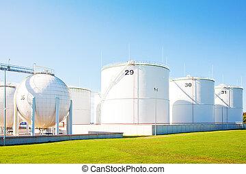 de tanks van de olieopslag