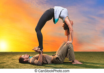 de, twee mensen, doen, yoga, oefeningen
