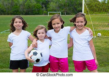 de voetbal van het voetbal, geitje, meiden, team, op, speelveld