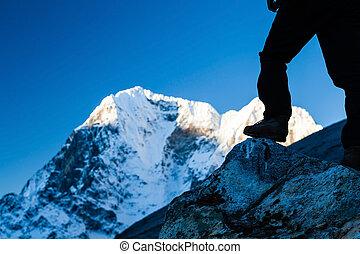 de wandeling van de mens, in, himalaya, bergen