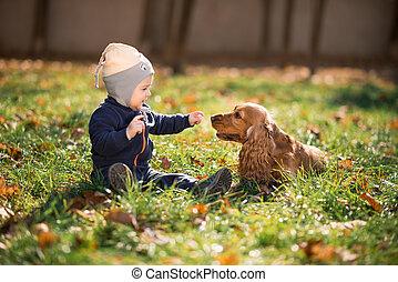 de zitting van de jongen, op het gras, met, een, dog