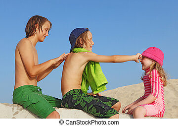 de zomervakantie, geitjes, met, zonnebaden bescherming, room