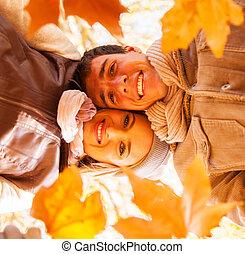 debajo, vista, de, pareja joven, tenencia, otoño sale