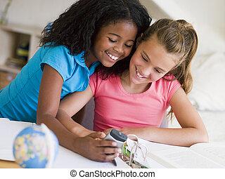 deberes, cellp, distraído, niñas, joven, su, juego