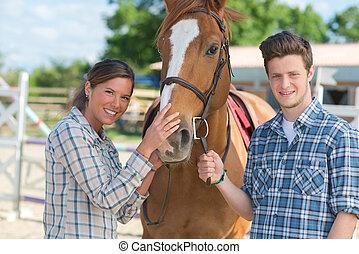 debout, à côté de, cheval, femme, homme