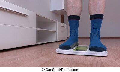 debout, échelle, excès poids, chaussettes, mâle
