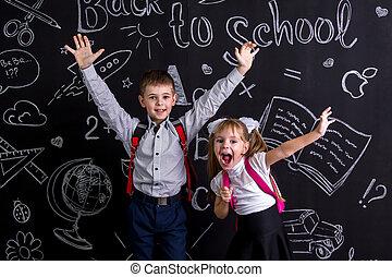 debout, élevé, projection, tableau, moyens, schoolkids, sac à dos, dos, gai, leur, emosions, fond, mains, heureux, excité, avant