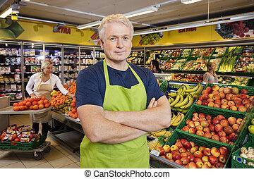 debout, épicerie, bras croisés, fruits, vendeur, magasin