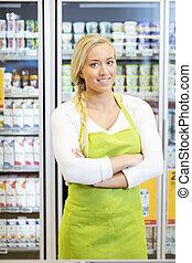 debout, épicerie, ouvrier, bras croisés, femme, magasin