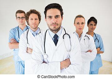 debout, équipe, armes traversés, monde médical