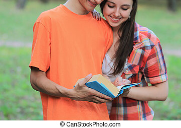 debout, étudiants, couple, parc, livre, lecture