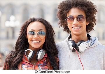 debout, adolescent, friends., deux, gai, appareil photo, chaque, fin, sourire, amis, autre
