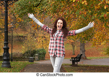 debout, adolescent, tendu, parc, bras, automne, girl
