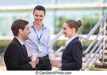 debout, affaires femme, escaliers., gens, trois, jeune regarder, portrait, homme souriant