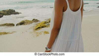 debout, africaine, vue, arrière, américain, 4k, femme, plage