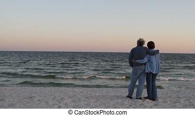 debout, amants, plage, mûrir