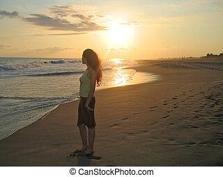 debout, ange, mexique, femme tropicale, pendant, puerto, plage, coucher soleil