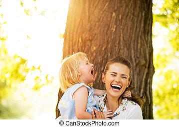 debout, arbre, mère, bébé, portrait, girl, heureux