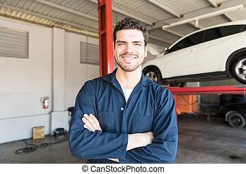 debout, atelier réparation, auto, ouvrier, bras croisés, sourire