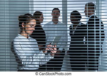 debout, Aveugle, tablette, femme affaires, derrière, numérique