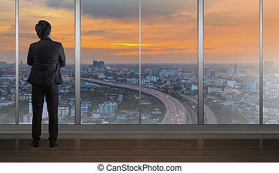 debout, bâtiment, bureau, lumière, regarder, horizon, nuit, cityscape, homme affaires