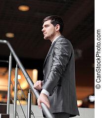 debout, bâtiment, bureau, réussi, homme affaires, escalier