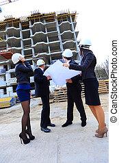 debout, bâtiment, constructeurs, site, projet, portrait, nouveau, discuter
