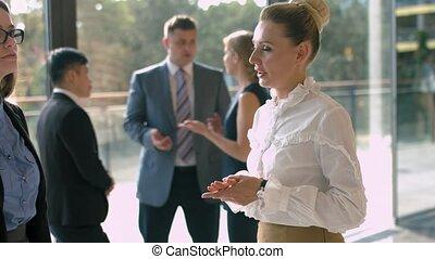debout, bâtiment, groupe, business, bavarder, gens, bureau, moderne, ensoleillé, coupure, verre, quoique, pendant, salle