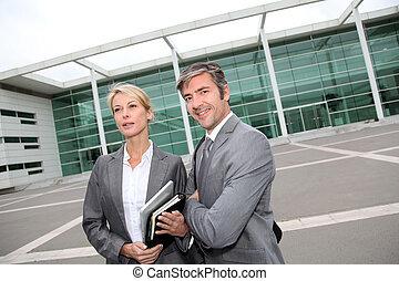 debout, bâtiment, professionnels, exposition, devant