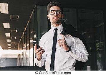 debout, bâtiment, sur, sien, capable, mobile, habillé, image, verre, veste, téléphone, dehors, tenue, complet, homme, épaule, formel
