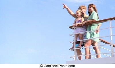 debout, balustrade, famille, pont