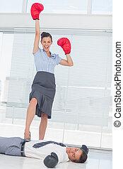 debout, battu, gants boxe, homme affaires, femme affaires,...
