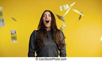 debout, billets banque, femme, argent, pluie, bas, tomber, surpris, heureux