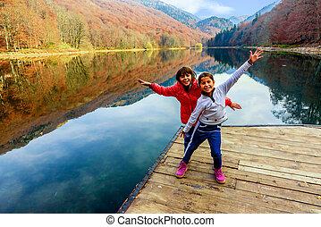 debout, (biogradsko, peu, jezero), biogradska, montenegro, parc national, deux, lac, gora, filles, biograd, automne, jetée, heureux