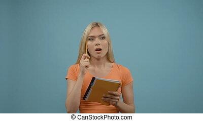 debout, bleu, femme, recherche, bloc-notes, ampoules, mur, loin, jeune, solution, regarder, planer, problème, au-dessus, devant, blond