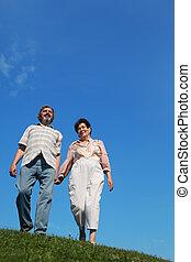 debout, bleu, pelouse, femme, vieux, ciel, colline verte, tenant mains, homme