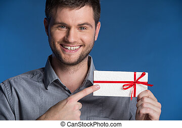 debout, bleu, pointage, cadeau, closeup, présent, fond, mains, sourire heureux, man., homme