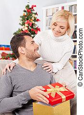 debout, boîte, quoique, elle, cadeau, séance, jeune, divan, joyeux, derrière, tenue, christmas!, petite amie, homme souriant, lui, beau