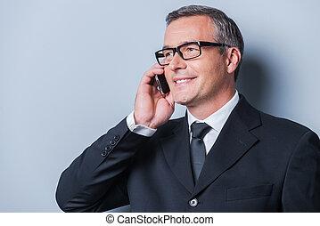 debout, bon, talk., business, confiant, mobile, gris, formalwear, mûrir, conversation, quoique, contre, fond, portrait, homme souriant, téléphone
