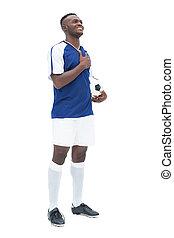 debout, boule football, bleu, joueur, anth, écoute